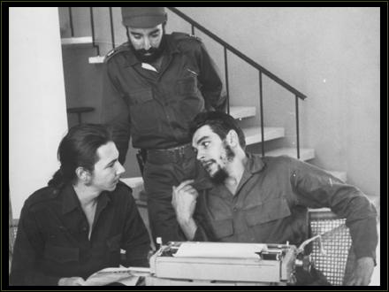 El Che junto a Raúl Castro y Antonio Núñez Jiménez,  durante la redacción de un documento