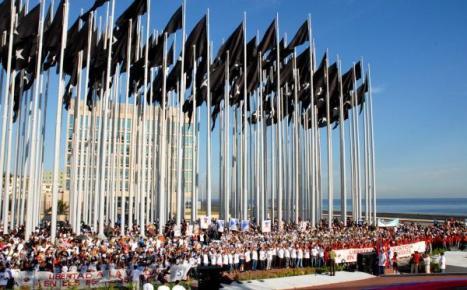 Jóvenes cubanos protestan por la libertad de los cinco antiterroritas detenidos injustamente en Estados Unidos.