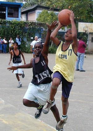 Cientos de jóvenes practican deporte en Cuba