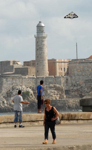 Dos jóvenes en el Malecón habanero despiden al huracán asesino