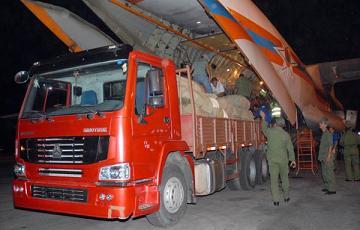 Brigadas de las FAR y del propio aeropuerto iniciaron de inmediato la descarga de la aeronave