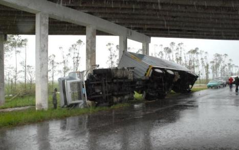 La fuerza de los vientos volcó este camión  de varias toneladas