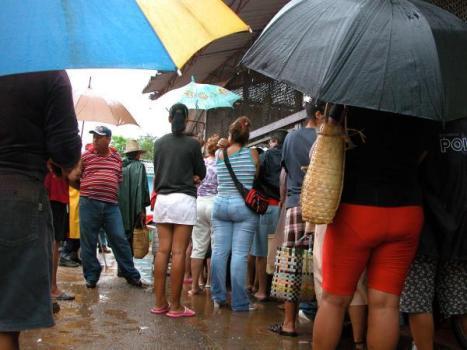 Los avileños protegidos de la lluvia se mantienen en los mercados agropecuarios abasteciéndose de alimentos