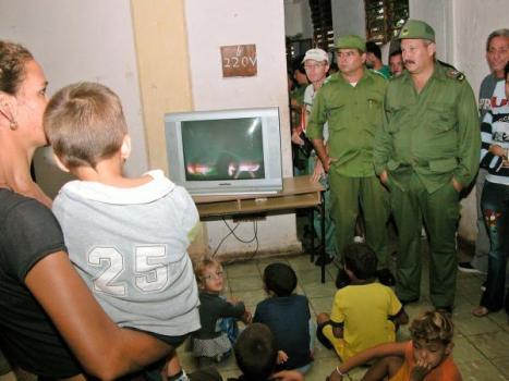 Jorge Luis Tapia Fonseca (D), presidente del Consejo de Defensa Provincial de Ciego de Avila, de visita en un centro de evacuados del municipio de Venezuela, en la zona sur de la provincia de Ciego de Avila