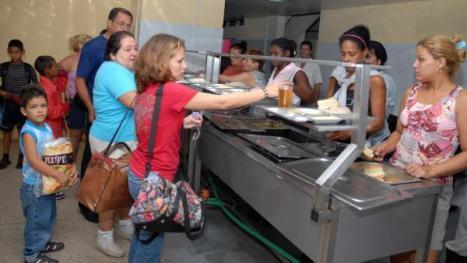 Llegada de los primeros evacuados del municipio Santa Cruz del Sur a la Universidad de Camagüey