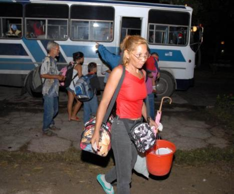 Los pobladores de Santa Cruz del Sur son trasladados a la Universidad de Camagüey, donde reciben esmerada atención por las autoridades de ese territorio.