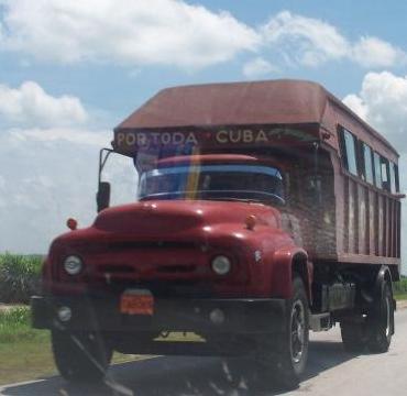 Cientos de camiones como este trasladan pasajeros en Cuba