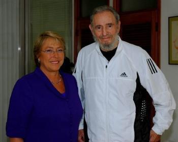 El líder cubano Fidel Castro con la presidente chilena Michelle Bachelet