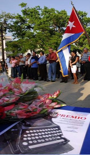 Entrega de la distinción Félix Elmuza, y el Premio Provincial Juan David, efectuada en el parque José Martí de Cienfuegos