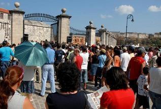 Cientos de cubanos visitan la muestra diariamente