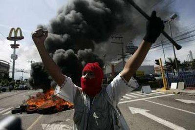Un manifestante durante el golpe de estado en Honduras