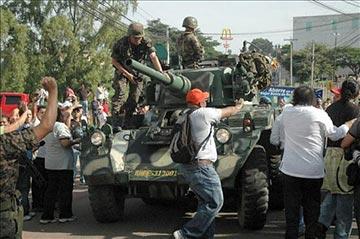 Representantes de distintos sectores de la sociedad civil hondureña se enfrentan a los tanques de los militares golpistas