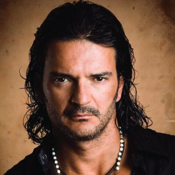 http://yohandry.files.wordpress.com/2009/08/ricardo_arjona.jpg