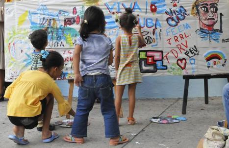 Los niños pintan un mural