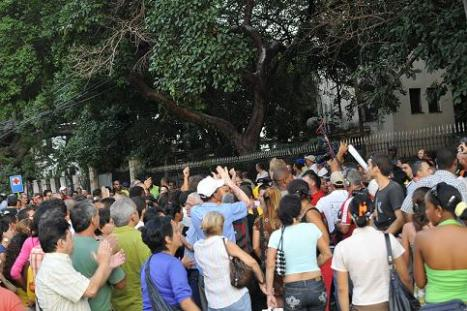 Cubanos en acto de manifestación de apoyo a la Revolución