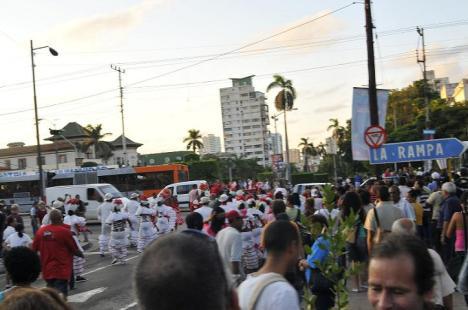 Comparsa en la Calle  23 y G, minutos antes del acto de repudio al bloguero Reinaldo Escobar