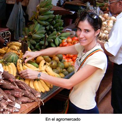 Yoani Sánchez en un agromercado en La Habana