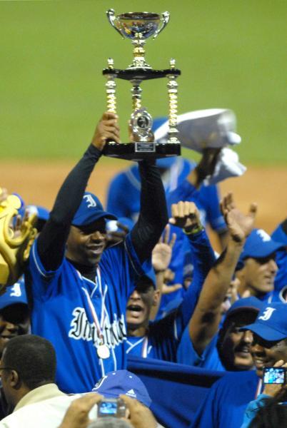 Germán Mesa, director del equipo Industriales, muestra el trofeo que acredita a su equipo como el nuevo campeón nacional de béisbol