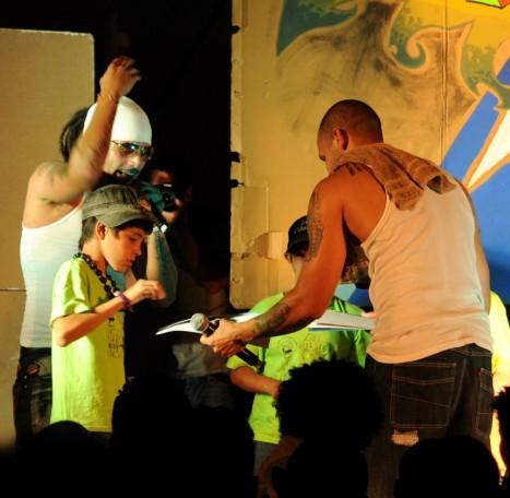 Los Aldeanos en su presentación en el Acapulco, en La Habana, junto a varios niños