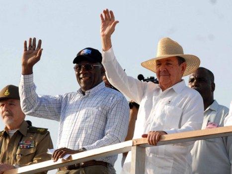 """El General de Ejército Raúl Castro Ruz (D), Presidente de los Consejos de Estado y de Ministros, junto a otros dirigentes, encabeza el desfile central por el Primero de Mayo, en la Plaza de la Revolución """"José Martí"""", de esta capital, el 1 de mayo de 2010. AIN Foto: Marcelino VAZQUEZ HERNANDEZ"""