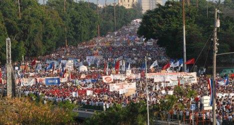 """Desfile central por el Primero de Mayo, en la Plaza de la Revolución """"José Martí"""", de esta capital, el 1 de mayo de 2010. AIN Foto: Marcelino VAZQUEZ HERNANDE"""