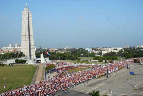 Desde bien temprano, miles de habaneros se concentraron para desfilar en La Habana