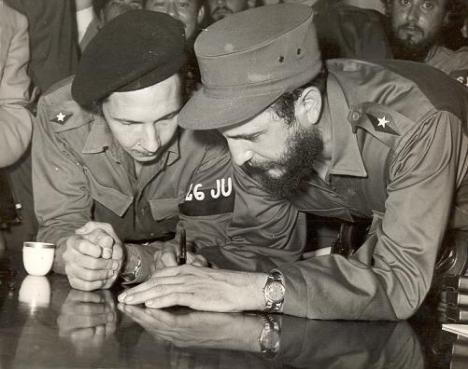 Fidel Catro (D) cumplie 84 años