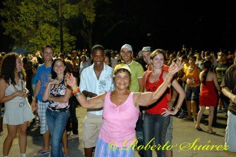 Mientras la Internet se calienta con la visita de Varela a La Habana, en las calles, se baila por Cuba y por Fidel. P´al carajo.