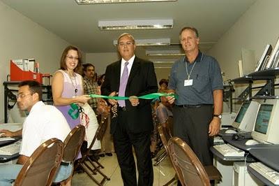 James Cason (c) durante la inauguración del Estado Mayor del Cibercomando contra Cuba, en La Habana