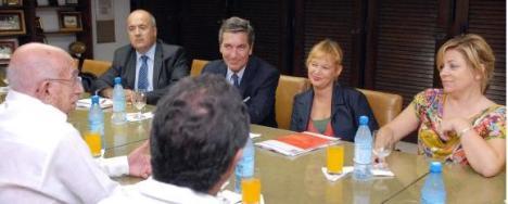 José Ramón Machado Ventura (izq.), miembro del Buró Político del Partido Comunista de Cuba, recibió a Laire Pajín Iraola (segunda der.), Secretaria Organizadora del Partido Socialista Obrero Español (PSOE).