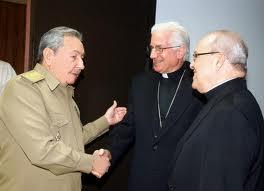Raúl Castro (i) saluda a los arzobispos Dionisio García (c) y Jaime Ortega (d) (EFE).