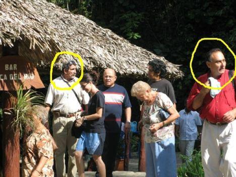 En la foto, tomada a la entrada de La Cueva del Indio, provincia de Pinar del Río, además de Yoani Sánchez y su esposo Reynaldo, aparece el también bloguero Dagoberto Valdés (al centro con pulover azul y blanco) y Juan Eugenio Leal, editor del blog Veritas (con camisa roja y aire de seguroso) a la izquierda.