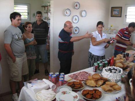 La mesa del comedor de la casa de Dagoberto Valdés muestra la democrática pluralidad de criterios de los blogueros. Además de la cerveza Bucanero, usted puede optar por escoger una Cristal e, incluso, un refesco Tukola.