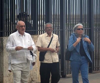 Bladimiro Roca (izquierda) junto a Martha Beatriz Roque ( a la derecha) mientras salen de la SINA