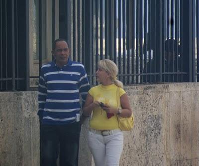 Darsi Ferrer (I) sale de la Oficina de Intereses en La Habana luego de recibir las instrucciones de sus jefes.