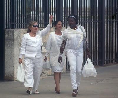 De izquierda a derecha Laura Pollán, una Dama de Apoyo y la Dama de Blanco, Alejandrina.