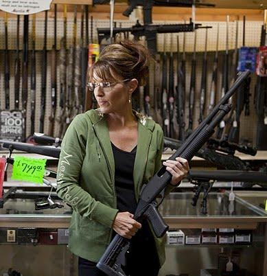 Sarah Palin es fiel defensora de la Asociación del Rifle en Estados Unidos. Visitar armerías es parte de su entretenimiento personal.