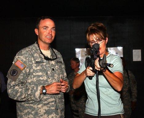 Como parte de su campaña política, fueron frecuente imágenes de Sarah Palin portando armas junto a soldados norteamericanos.