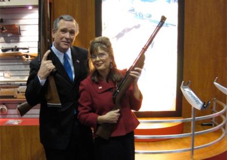 Sarah Palin junto a W.Bush, otro que adora las armas de fuego y ve en la guerra una solución para los conflictos.