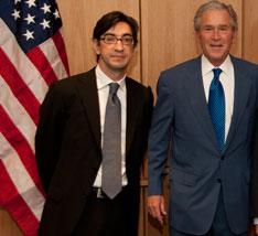 Hernández Busto, bloguero cubano en Madrid, junto a W.Bush.