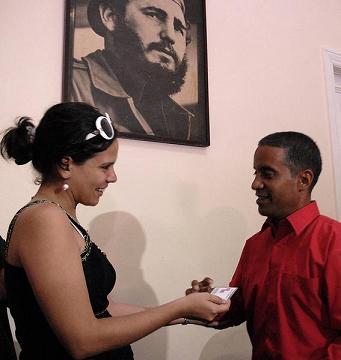 Gisela García, periodista, entrega el carné de Miembro de Honor de la Unión de Periodistas de Cuba (UPEC) a Carlos Serpa Maceira, el agente Emilio.