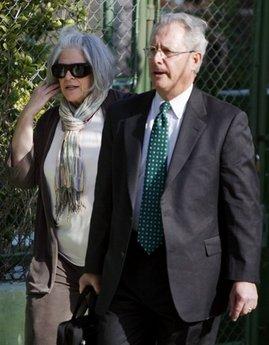 En la foto: La esposa de Alan Gross, Judy Gross, acompañada por el abogado norteamericano Peter J. Kahn, en el momento de su llegada al tribunal.